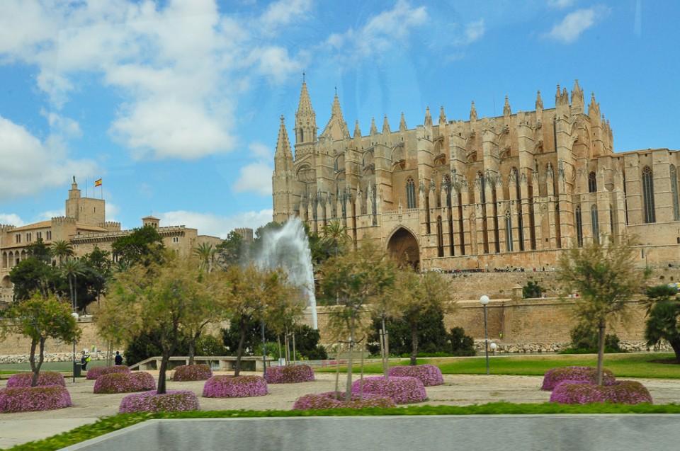palma de Majorka fontanna katedra 960x637 Majowa Majorka