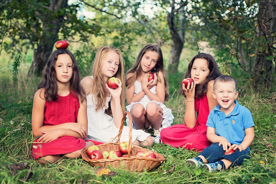plener fotograficzny z jablkami Ursynów Sesja zdjęciowa z okazji zakończenia wakacji i rozpoczęcia roku szkolnego