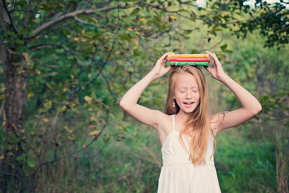 portret dziewczynki z ksiazkami Ursynów Sesja zdjęciowa z okazji zakończenia wakacji i rozpoczęcia roku szkolnego