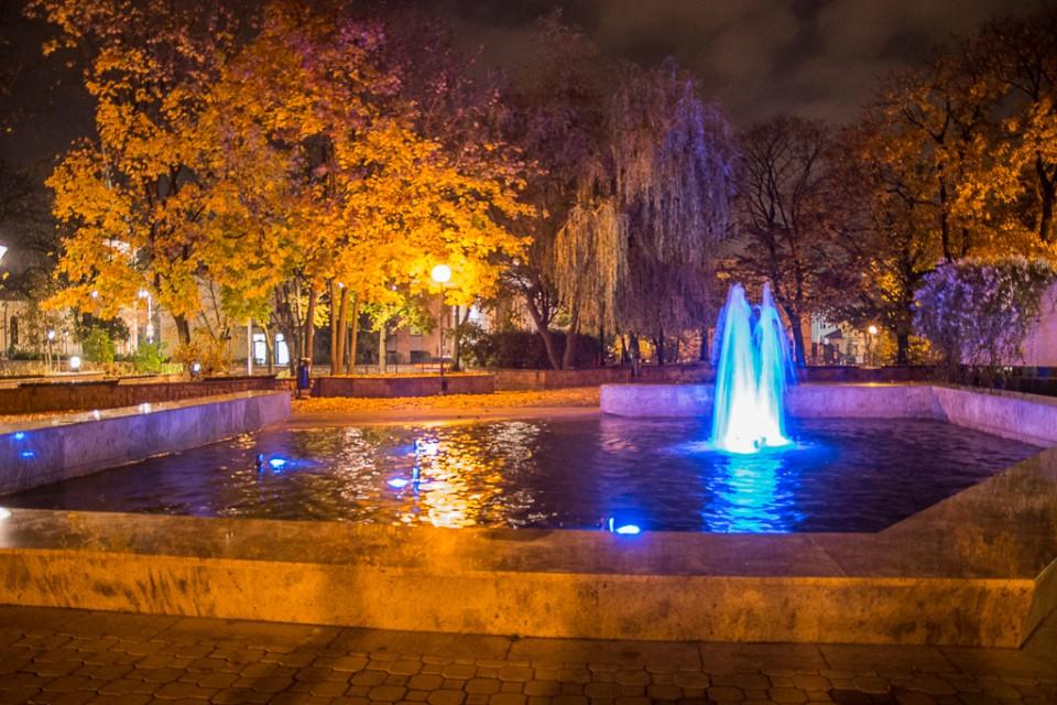 Fontanna noca Kieleckie Centrum Kultury 960x640 Kielce nocą