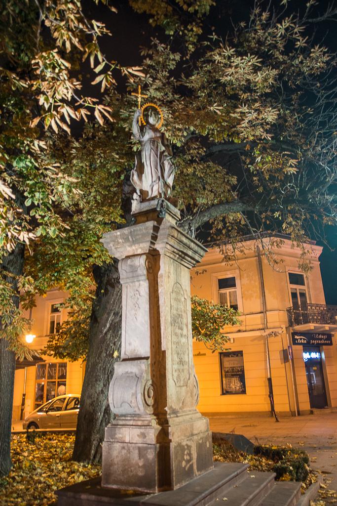 Kielce zdjecia nocne pomnik swietej Tekli Kielce nocą