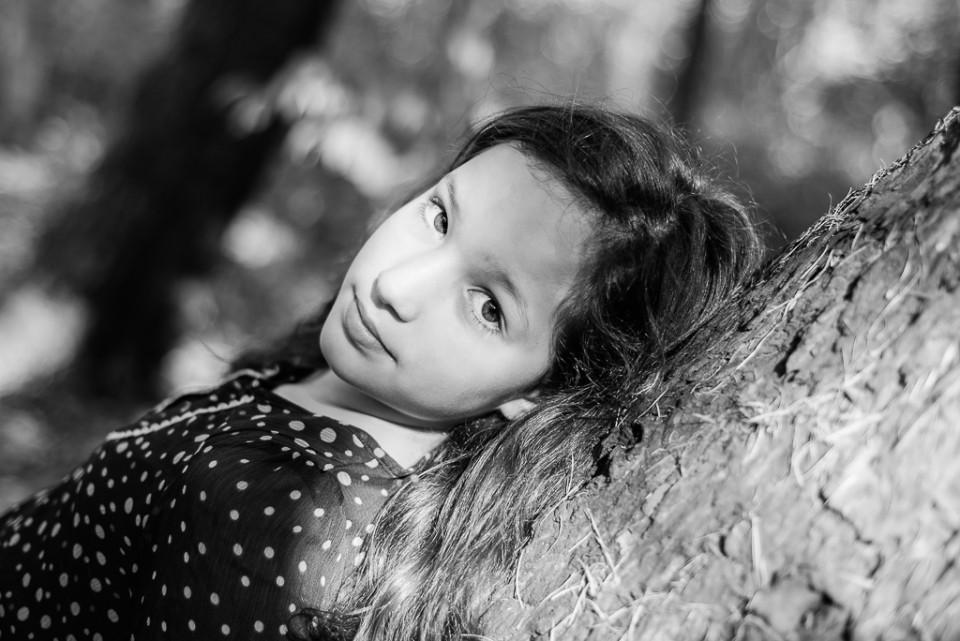 sesja black and white las kabacki Iza drzewo 960x641 Sesja zdjęciowa w Lesie Kabackim