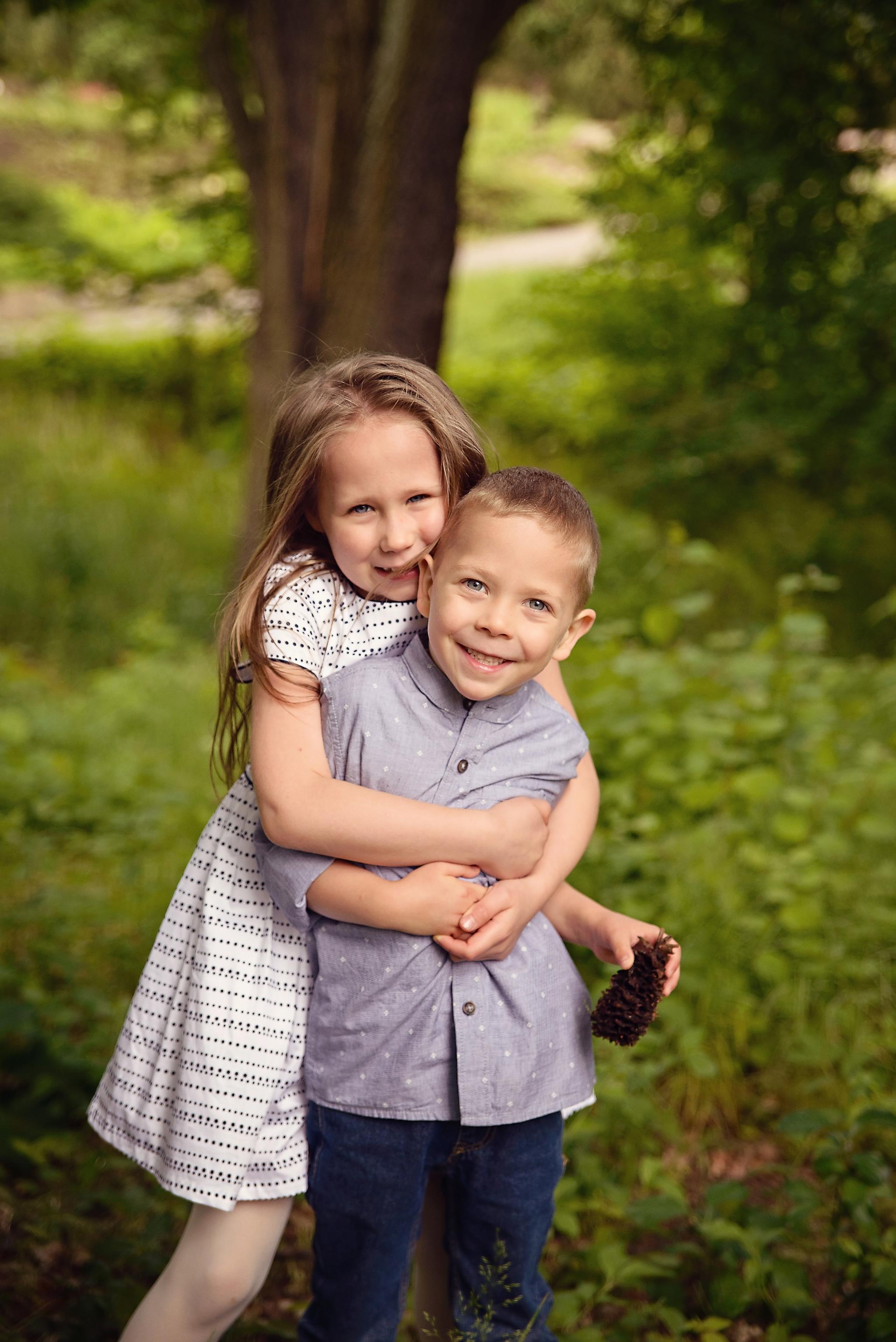 sesja brat i siostra Sesja dziecięca w azaliach i rododendronach
