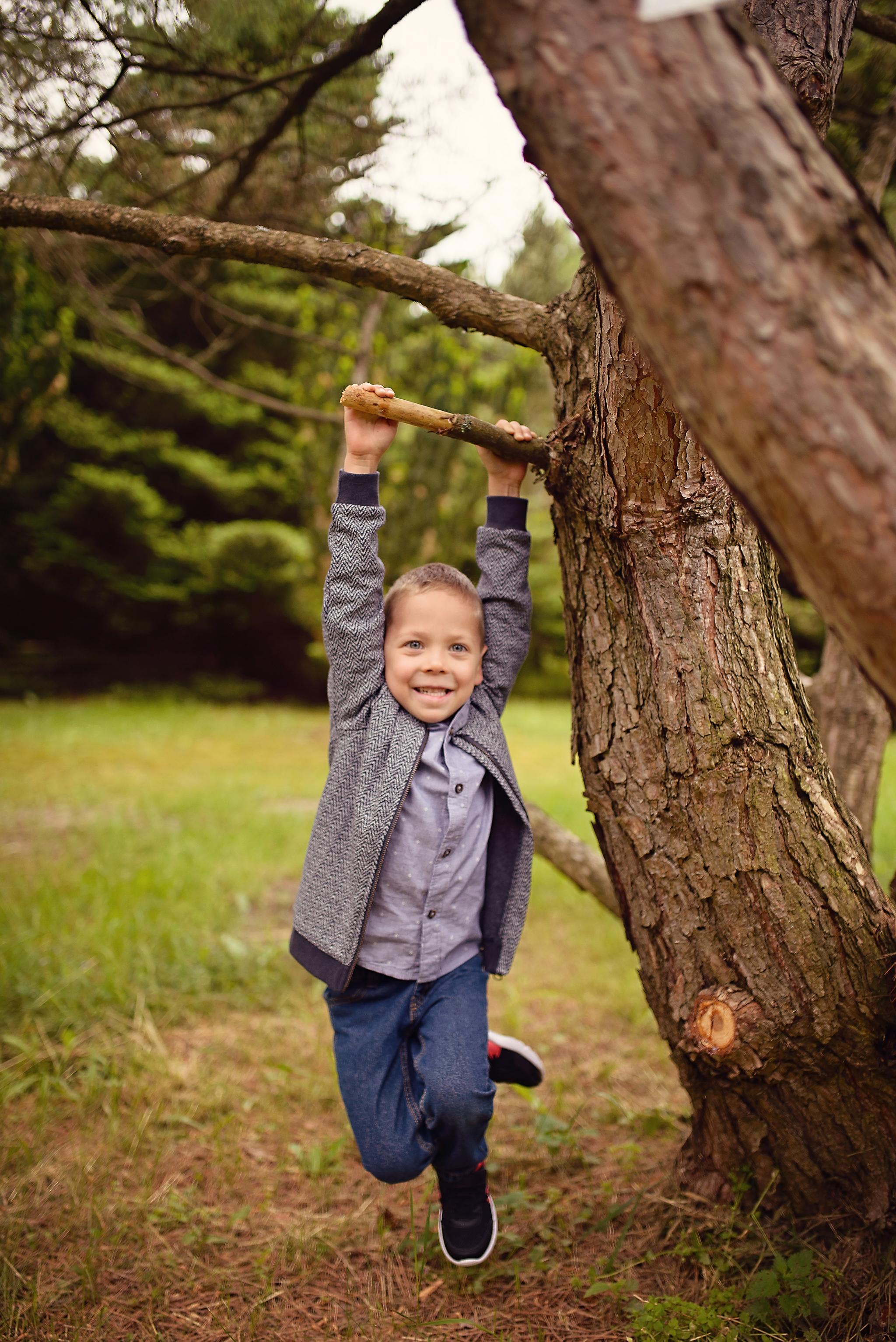 sesja chlopieca w parku Sesja dziecięca w azaliach i rododendronach