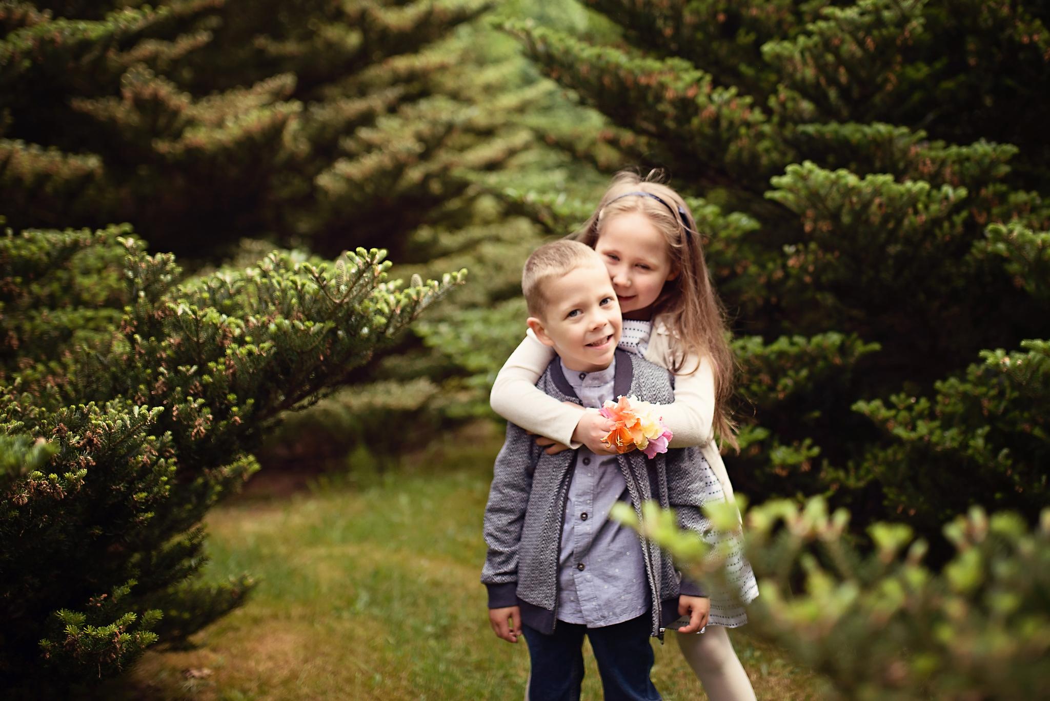 sesja rodzenstwa w powsinie Sesja dziecięca w azaliach i rododendronach