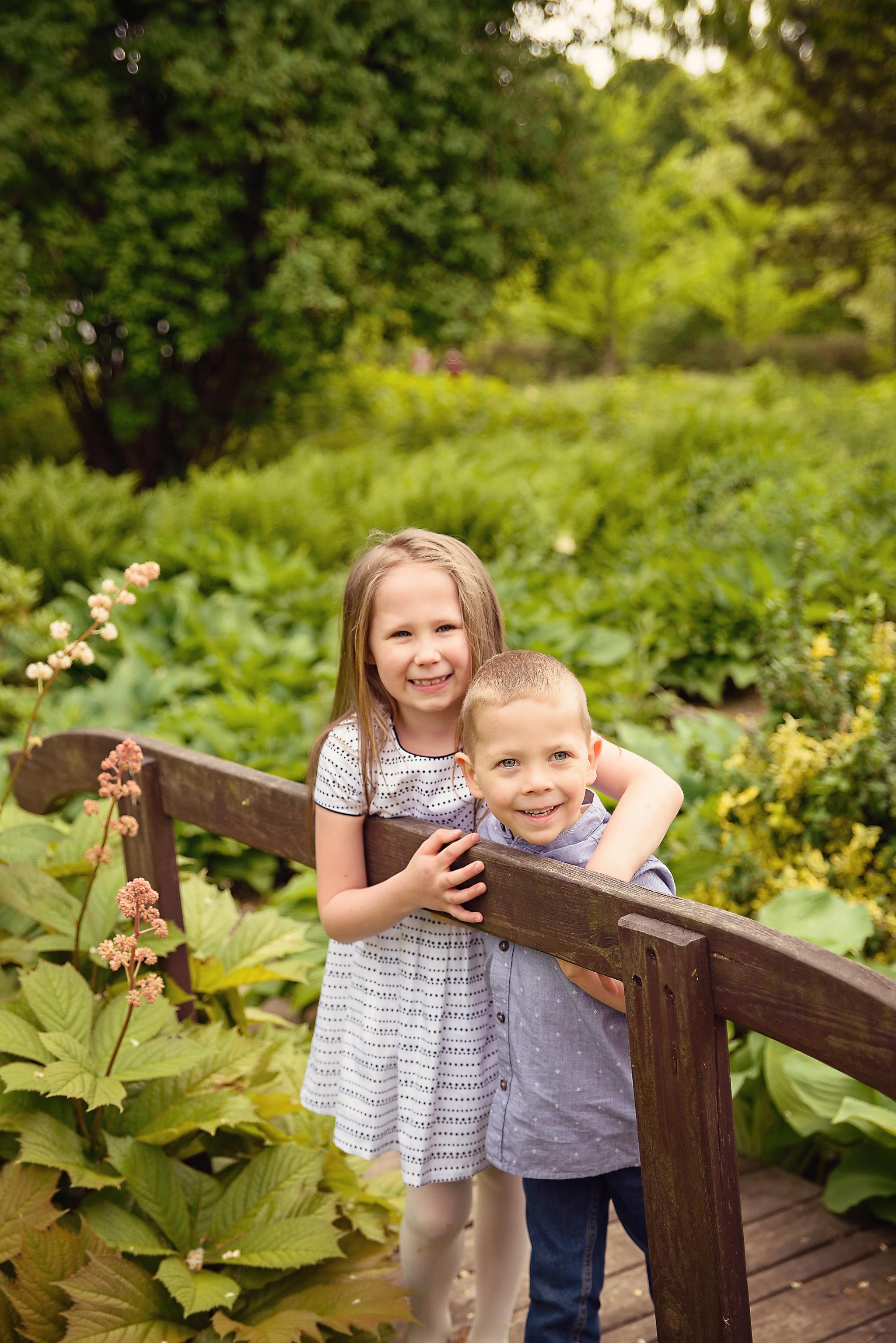 sesja w powsinie rodzenstwo Sesja dziecięca w azaliach i rododendronach