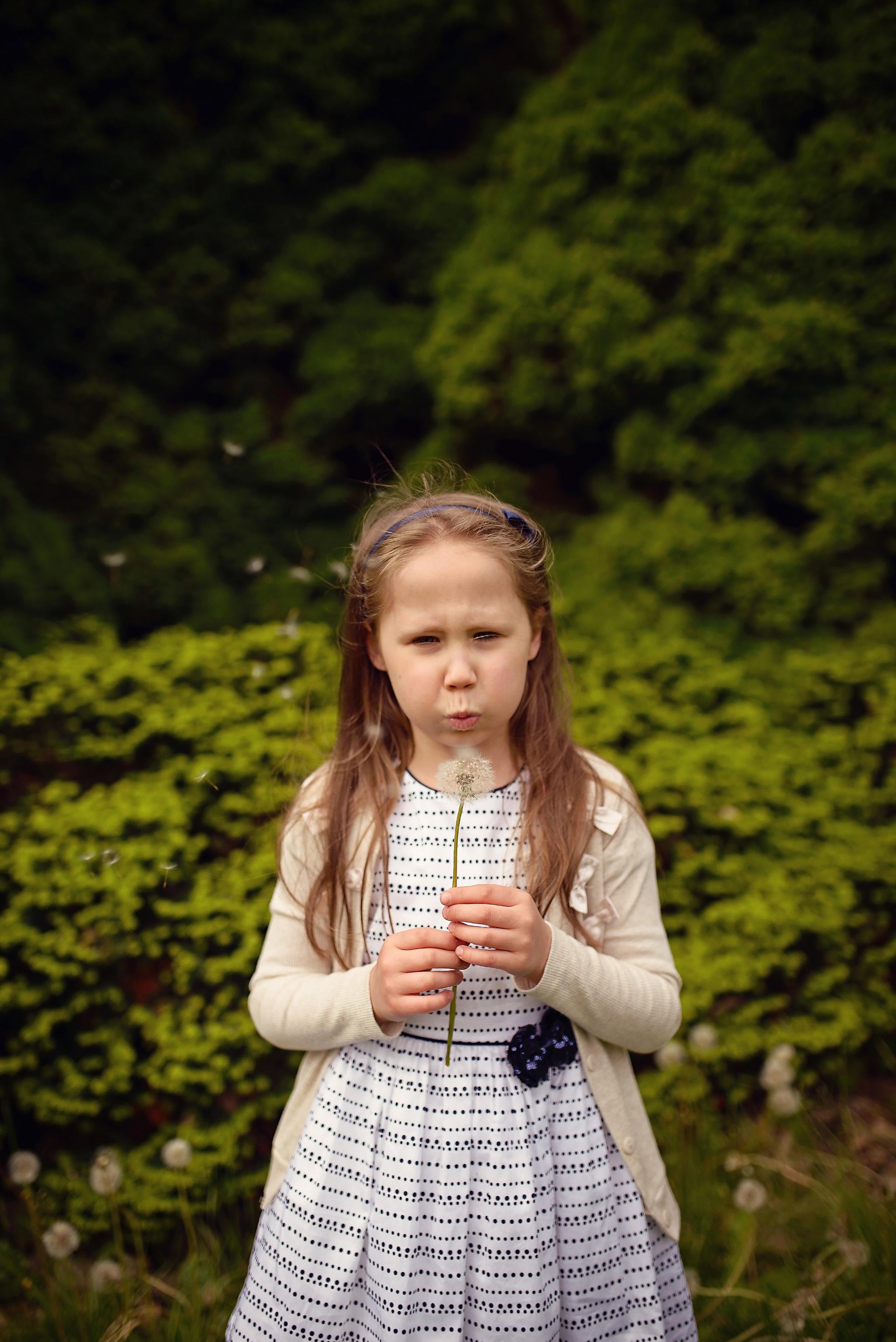 sesja z dmuchawcami powsin Sesja dziecięca w azaliach i rododendronach