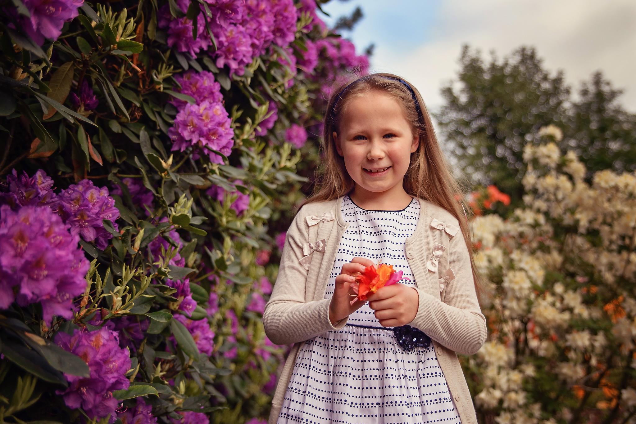 sesja z rododendronem Sesja dziecięca w azaliach i rododendronach